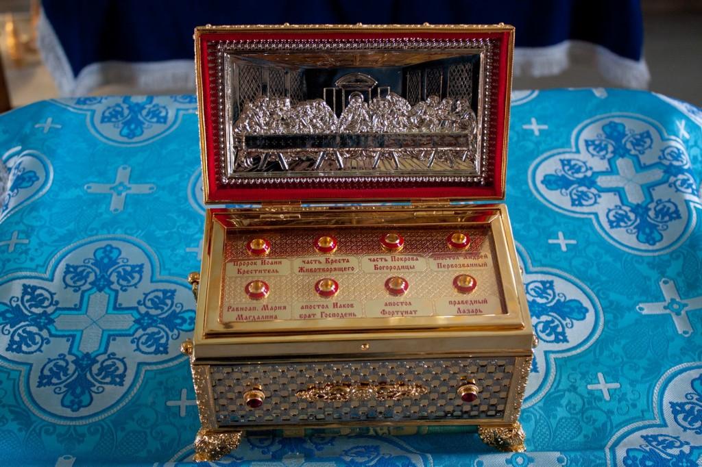 Малый ковчег с частицами святынь и частицами мощей святых угодников Божиих